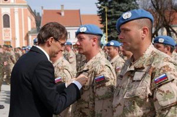 Minister. Ocenil vojakov pamätnými medailami za účasť v zahraničných misiách.