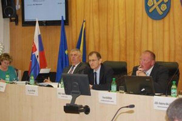 Zastupiteľstvo. Podľa primátora Vladislava Laciaka (v strede) je v poriadku, že sa nominácie neprebrali v komisii.