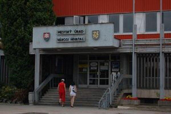 Mestský úrad Rožňava. Má pomerne benevolentný pracovný poriadok.