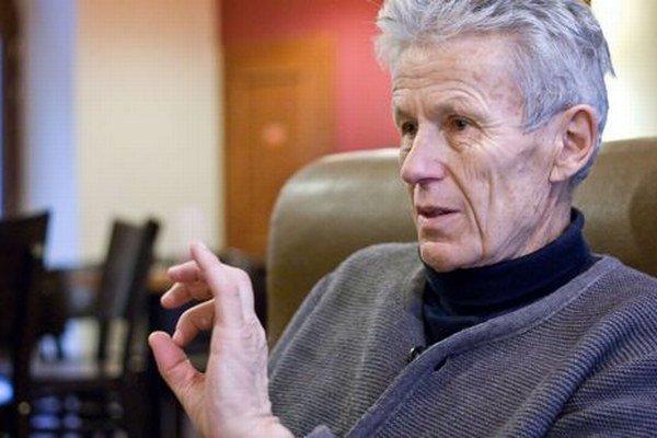 Prof. Pavol Brunovský, DrSc. pôsobí na Katedre aplikovanej matematiky a štatistiky, bol vedúcim Oddelenia ekonomických a finančných modelov založil program Ekonomická a finančná matematika. Vyštudoval matematickú analýzu na UK.
