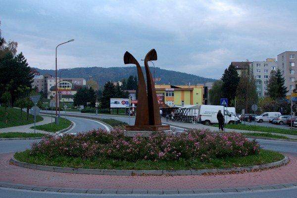 Kruhové objazdy skrášlili sochy.