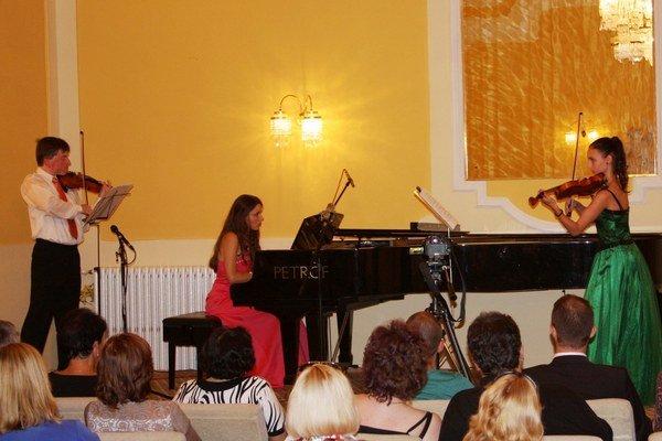 Otvárací koncert. Pavel Burdych (husle), Zuzana Berešová (klavír), Andrea Astrabová (husle)