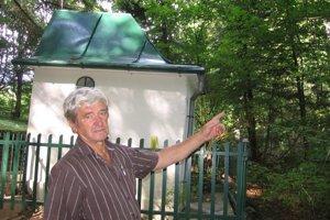 Propagátor turistiky v Hertníku Rudolf Palša ukazuje, kde za kaplnkou svätej Anny stávala kedysi jedľa. Práve na tejto jedli visel obraz, ku ktorému sa viaže v obci niekoľko povestí.