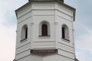 Fasáda zvonice má bohatú detailnú výzdobu.