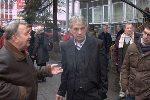 Peter Kalmus. Pred budovou súdu vo Svidníku.