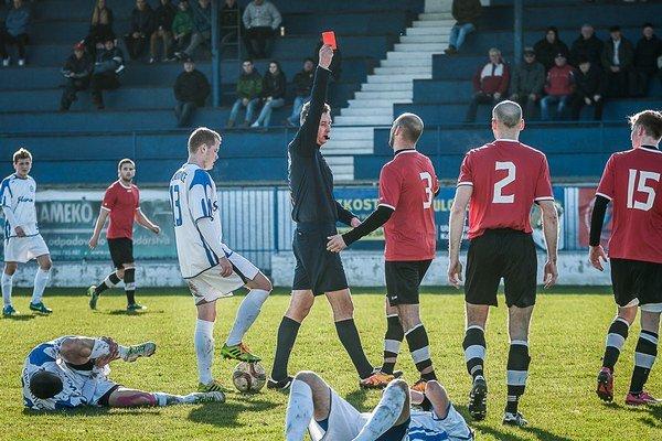 Moment, ktorý ovplyvnil zápas. Červená karta po faule na Čurlíka (vľavo dole).