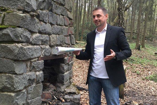 Ján Hirčko v lesoparku. Jeho ďalšou víziou je oddychová zóna pri tenisových kurtoch. Tá by sa po dohode s urbariátom mohla realizovať na budúci rok.