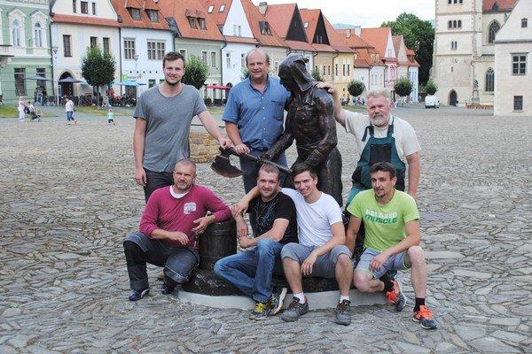 Autori a realizačný tím s bronzovým katom. Viktor a Martin Kutný vľavo hore.