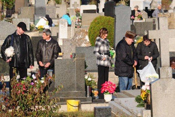 Cintoríny sa opäť zaplnia ľuďmi.