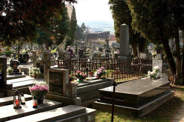 Cintorín sv. Michala. Na cintorínoch je v tieto dni rušno.