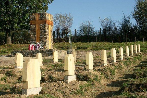 Obnovený vojenský cintorín. Dominantou je dva a pol metrový drevený kríž uprostred.