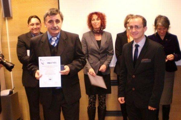 Ocenení v Budapešti. Pavol a Peter Hudákovci prebrali cenu Nadácie Raula Wallenberga.