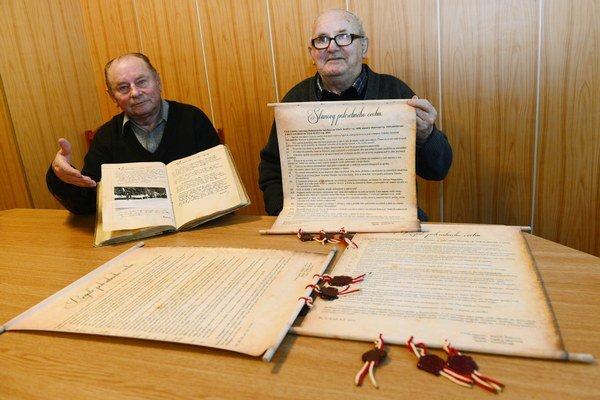 Kronikár Adam Dziacky a vpravo cechmajster Pohrebného cechu sv. Antona Paduánskeho Tomáš Bolišinga.