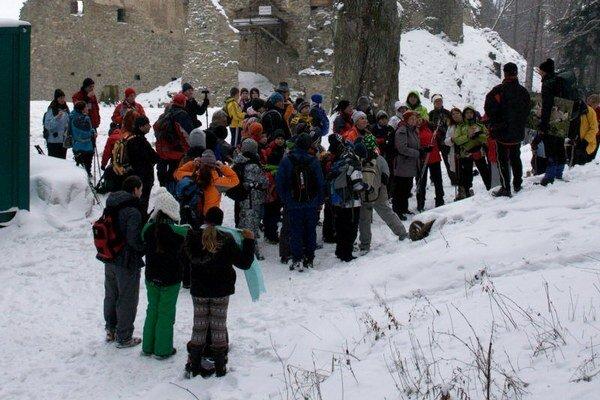 Slávnostné otvorenie. Na 48. Zimný zraz Klubu slovenských turistov a stretnutie TOM prišlo do Bardejovských Kúpeľov 1400 účastníkov.