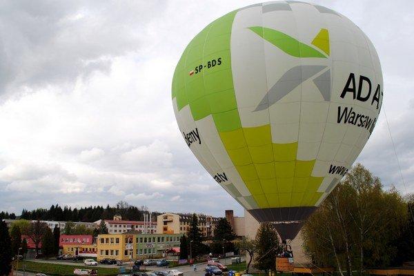 Balón nad parkoviskom Domu kultúry. Počasie lietaniu príliš neprialo.