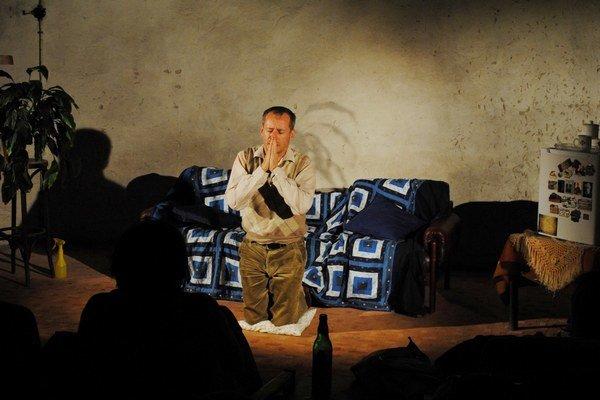 Nenávidím v podaní divadla Kontra. Peter Čižmár cez slzy rozosmial divákov a  podal nezabudnuteľný výkon.