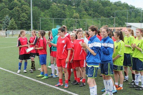 Účastníčky dievčenského turnaja. Uskutočnil sa futbalový turnaj dievčat zo stredných škôl okresu.
