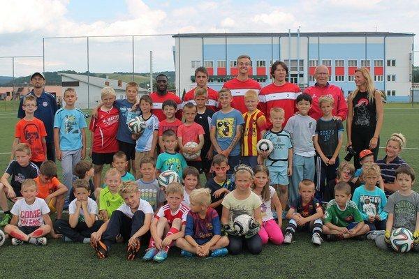 Účastníci kempu spolu s trénermi a hráčmi A mužstva.