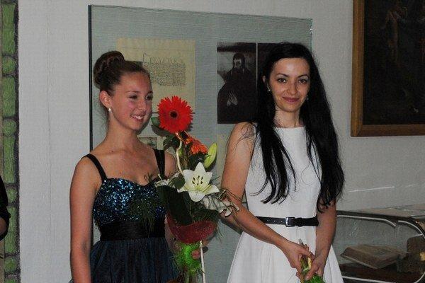 Andrea Astrabová (vľavo). Huslistka.