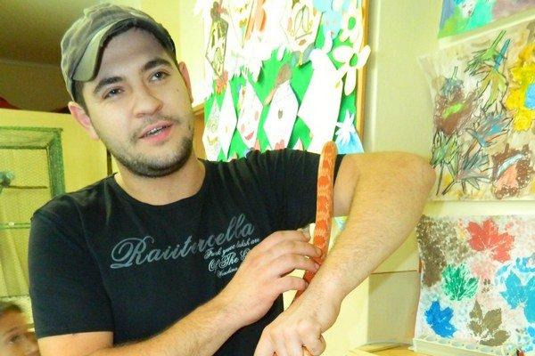 Tomáš Bakaľár s hadom. Červená užovka nie je náročná.