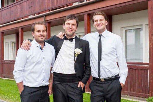 Zápotokovcov poznáme najmä v športovom. Na Lukášovu svadbu sa však všetci hodili do gala...zľava Tomáš, Lukáš, Ján...