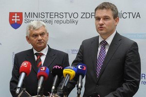 Minister pôdohospodárstva Ľubomír Jahnátek a tajomník ministerstva financií Peter Pelegríny si za zákazom stoja.