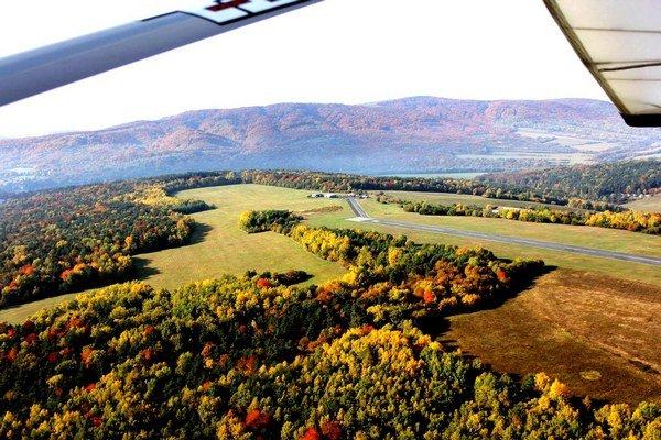 Letecký pohľad. Svidnícke letisko obklopujú karpatské lesy.
