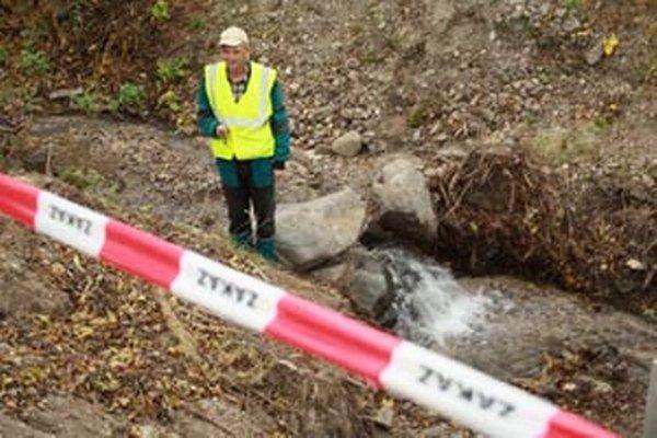 Zamestnanec firmy, ktorá robí sanáciu pri práci na potoku vo Veľkej Lehôtke.