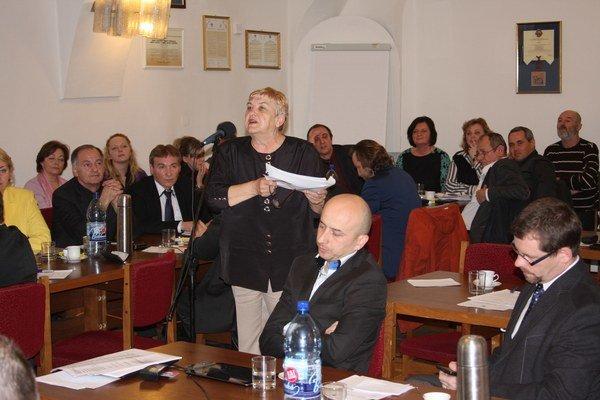 Irena Pastirčáková. Údajne sa jej pre petíciu aj vyhrážali.