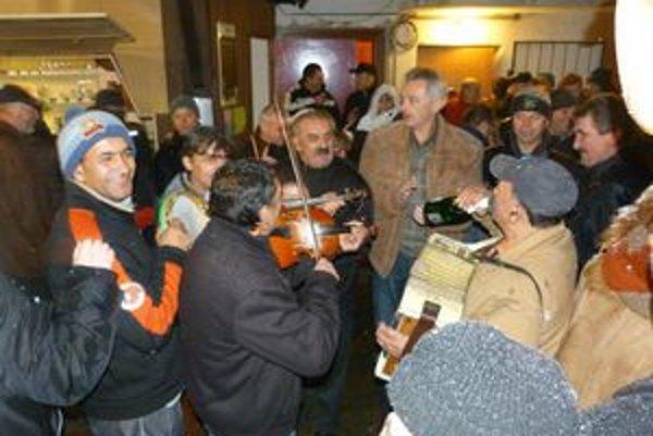 Svidnícky Silvester podľa juliánskeho kalendára. Veselo, so šampanským, živou hudbou silvestrovali mladí i starí.