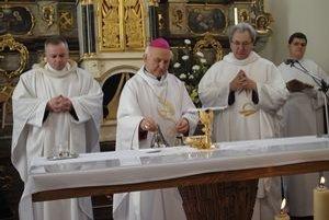 Kostol v Hertníku. Pripomenuli si jeho prvú posviacku.
