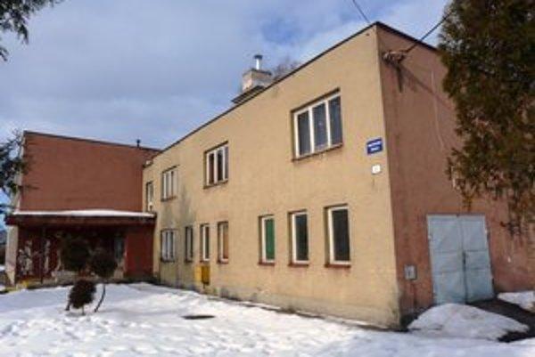 Materská škola v Ladomirovej sídli v jednej budove s miestnou základnou školou.