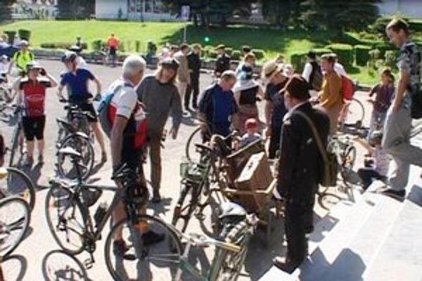 Účastníci zrazu v Bardejove otvorili tohtoročnú cyklistickú sezónu. Niektorí nadšenci prišli aj na viac ako päťdesiatročných bicykloch.