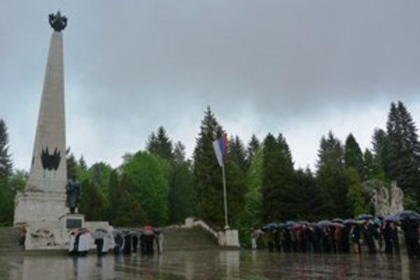 Deň víťazstva nad fašizmom vo Svidníku si pripomenuli spomienkou na padlých. Na cintoríne pri Pamätníku sovietskej armády je pochovaných vyše 9-tisíc vojakov.