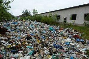 V areáli pri Nižnej Jedľovej sú haldy plastového odpadu. Podľa terajšieho majiteľa je priestor pripravený na hnedý priemyselný park.