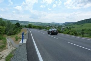 Frekventovaná cesta medzi Fijašom a Lomným roky trápila motoristov. Po sanácii zosuvu, spevnení nestabilného násypu a položení nového krytu je úsek ukončený.