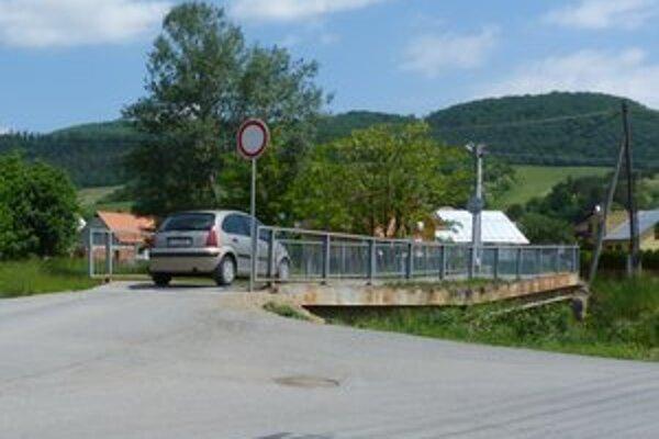 Most v bardejovskej časti Dlhá Lúka. Pre havarijný stav je dopravne uzavretý. Vodiči po ňom prechádzajú napriek zákazovým značkám.