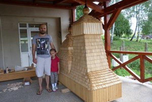 Maroš Krajňak s dcérkou Zojkou po posledných úpravách repliky kružlovského dreveného chrámu.