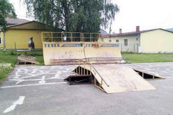 Stropkovský skejtpark. Z areálu Pod vlekom športovisko premiestnili k miestnej základnej škole.