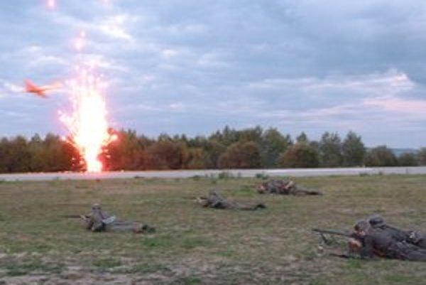 Súboje na zemi i vo vzduchu. Sobotná ukážka večerného útoku sovietskych a nemeckých vojsk.