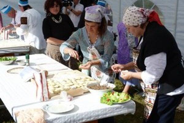 Majstrovstvá vo varení pirohov. Tradičnej kulinárskej súťaže sa zúčastnilo šesť trojčlenných družstiev.