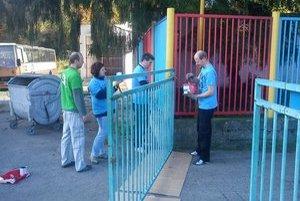 Dobrovoľníci z Čiech. V rámci dobrovoľníckeho projektu pomáhali vo Svidníku s natieraním miestneho futbalového štadiónu.