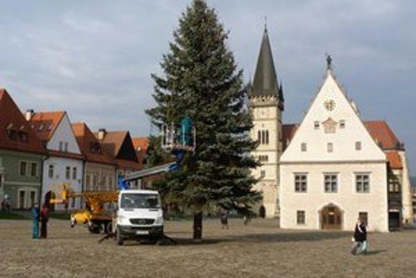 Radničné námestie. V centre Bardejova už stojí vianočný stromček, ktorý čaká na rozsvietenie.