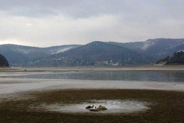 Domaša. Vodná nádrž je v súčasnosti len na 27 percentách zásobného objemu vody. Na viacerých miestach voda odkryla zaplavené časti bývalých obcí.