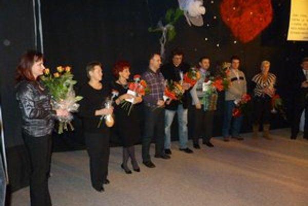 Zlatí darcovia. Ocenenie zlatú Janského plaketu získali ženy celkom za 30 odberov, muži za 40 odberov.