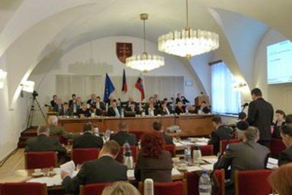 Bardejovský parlament. Mestskí poslanci sa stretli pri schvaľovaní úpravy budúcoročných daní a poplatkov.