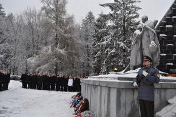 Pietna spomienka. Svidníčania si pripomenuli 68. výročie kladením vencov a kytíc.