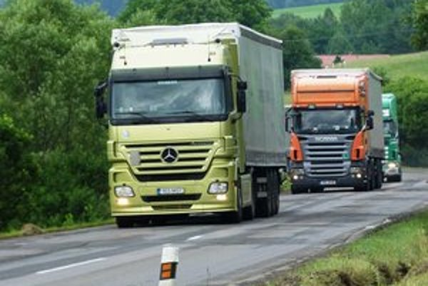Vyťažený úsek. Na trase z Prešova smerom na hraničný priechod Vyšný Komárnik-Barwinek prechádza podľa štatistík rezortu dopravy 14-tisíc vozidiel denne.