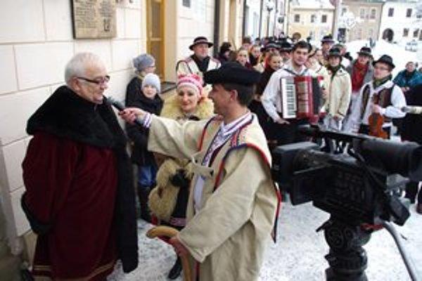 Fašiangový sprievod. Na námestí sa zhromaždil sprievod a podľa tradície poprosil bardejovského primátora o možnosť konať veselicu.