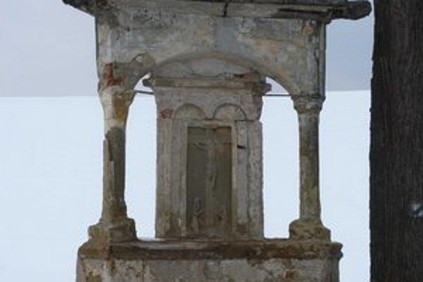 Nenápadný pomník pri ceste do Bardejova je v schátranom stave. Po čiastočnej rekonštrukcii je potrebná jeho kompletná obnova.